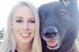 Triste per la morte del cane, organizza un funerale e compra un peluche uguale al cucciolo