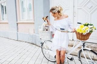 Come vestirsi per esaltare l'abbronzatura: 4 colori top da scegliere