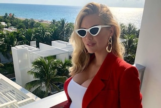 Tailleur rosso fuoco e occhiali da gatta: il primo (insolito) look premaman di Kate Upton