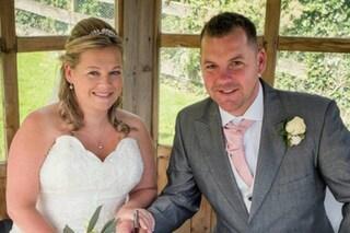 Progetta il matrimonio da anni, durante la cerimonia l'abito da sposa va a fuoco