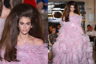 Maxi parrucca e abito di piume: Kaia Gerber irriconoscibile sulla passerella di Valentino