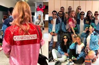 Chiara Ferragni vola a Ibiza: tutti con le giacche di paillettes per l'addio al nubilato