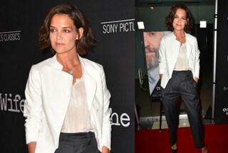 Pantaloni larghi e giacca bianca: anche con il look mascolino Katie Holmes è elegantissima