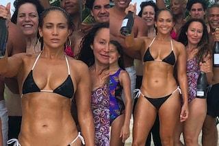 Jennifer Lopez, 49 anni e non sentirli: festeggia in bikini mostrando gli addominali