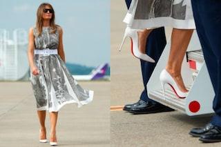 Melania Trump, le scarpe sono candide ma la First Lady non rinuncia al dettaglio rosso