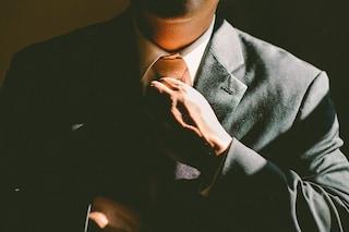 Gli uomini che non indossano la cravatta a lavoro producono di più: ecco perché