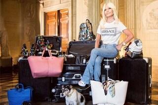 """Donatella Versace, """"Io e Audrey viaggiamo leggere"""": 13 bagagli per la stilista in partenza"""