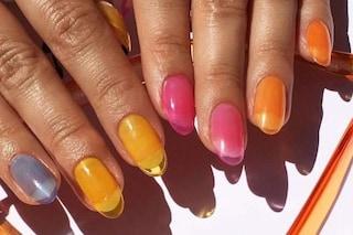 Jelly nails, la manicure estiva che si ispira ai sandaletti di gomma indossati in spiaggia