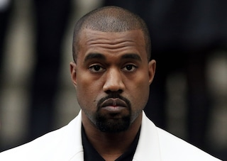 Kanye West in calzini e ciabatte alle nozze dell'amico: sbaglia la misura delle scarpe