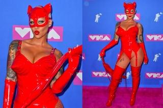 Amber Rose regina del bondage ai VMA's: frusta, maschera e corpetto in latex sul red carpet