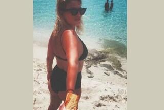 Emma Marrone, lato b in mostra e...sfilatino: l'ironica foto in bikini è virale