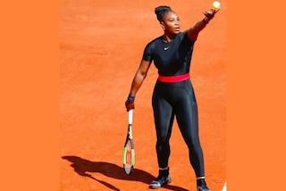 """Serena Williams, la tuta nera """"Black Panther"""" bandita al Roland Garros: è polemica sul web"""