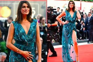 Elisa Isoardi infiamma Venezia: spacco e scollatura vertiginosa sul red carpet