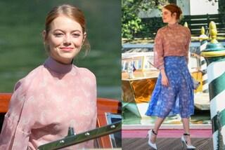 La bellezza eterea di Emma Stone sbarca a Venezia: completo in chiffon per l'arrivo al Lido