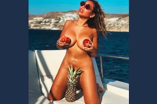 Sophie Kasaei nuda sui social: la star di Geordie Shore usa solo la frutta per coprirsi