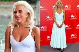 Lady Gaga come Marilyn Monroe: abito bianco e capelli cotonati per l'arrivo a Venezia