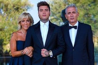 Fedez in blu sposo senza cravatta, così dice sì a Chiara Ferragni