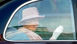 Elisabetta II saluta con una mano finta: il segreto della regina per non stancarsi