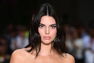Kendall Jenner mostra il seno: l'abito trasparente lascia poco spazio all'immaginazione