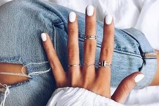 La manicure bianca di fine estate per esaltare l'abbronzatura