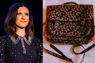 """Laura Pausini """"torna a scuola"""" con la cartella Naj Oleari che spopolava negli anni '80"""
