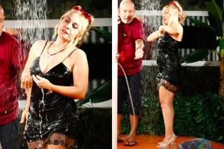 In sottoveste e con i tacchi: così fa la doccia la subrettina Lisa Fusco al GF Vip