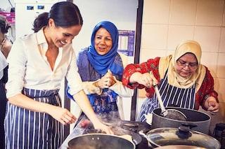 Meghan Markle in versione cuoca: si dà da fare tra i fornelli in grembiule e jeans