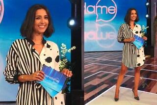 """Caterina Balivo debutta a """"Vieni da me"""": look bianco e nero e nuovo taglio di capelli"""