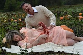 La creatura spaventosa le esce dal pancione: le foto per Halloween diventano virali
