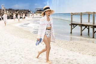 Chanel sfila in spiaggia: la passerella con sabbia e onde del mare