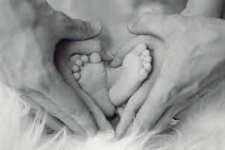 Per 9 mesi nasconde la gravidanza, comunica a tutti la nascita della figlia su WhatsApp