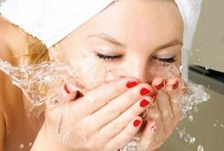 Vuoi una pelle del viso perfetta? Basta lavarla con l'acqua frizzante