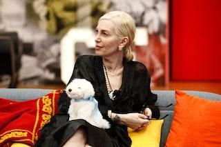 Perché la Marchesa d'Aragona del GF Vip porta sempre un cane di peluche?