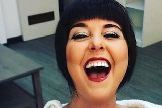 Nadia Toffa a Le Iene: la parrucca dai capelli corti neri si abbina al sorriso smagliante