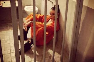 Nina Moric in prigione dietro le sbarre con tuta da carcerata, un omaggio a Corona?