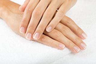 Oli essenziali per le unghie fragili: i trattamenti fai da te per rinforzarle