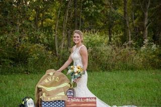 Il fidanzato muore a pochi mesi dalle nozze, lei posa sulla sua tomba con l'abito da sposa