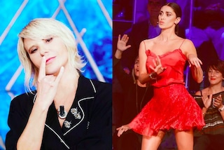 """Belén in rosso sexy, Maria De Filippi col pigiama, sfida di stile a """"Tu si que vales"""""""