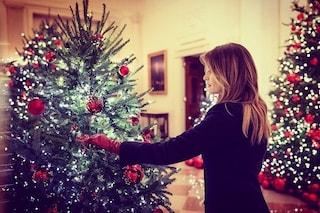 Melania Trump mostra le decorazioni natalizie: quest'anno la Casa Bianca diventa rossa