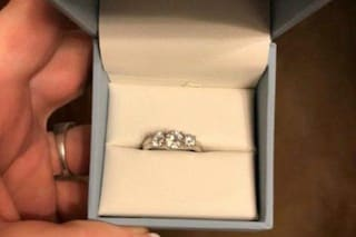"""Trova l'anello di fidanzamento, non le piace e chiede: """"Come posso farglielo cambiare?"""""""