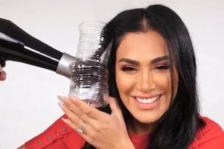 Vuoi i capelli mossi? Basta usare una bottiglia: ecco la nuova moda social che spopola