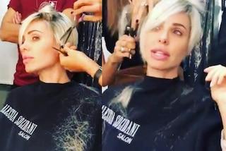 Ilary Blasi in camerino al GF Vip: taglia i capelli prima della diretta