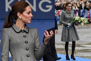 Kate Middleton, cappotto pieddepoule e calze coprenti per rendere omaggio alle vittime