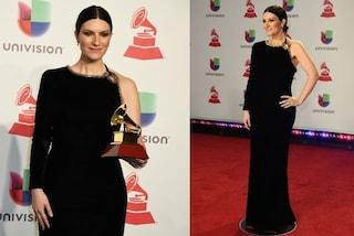 Laura Pausini in velluto e cristalli, l'eleganza italiana trionfa ai Latin Grammy Awards