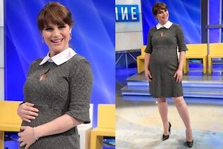 Lorena Bianchetti col pancione: in gravidanza non rinuncia alle gonne e ai tacchi