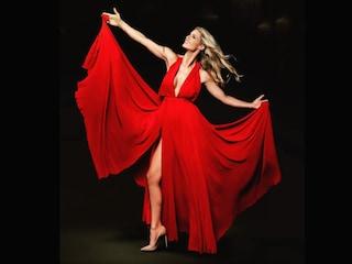 Michelle Hunziker sexy in rosso: lo spacco vertiginoso infiamma i social