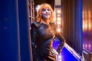 Nadia Toffa, addio giacca da Iena, la conduttrice è rock con l'abito corto e le calze glam