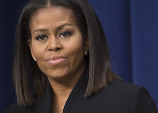 Michelle Obama, stivali dorati e maxi spacco: l'ex First Lady è regina di stile