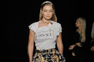 Versace sfila per la prima volta a New York: in passerella ritornano le spille da balia