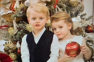 Gli adorabili gemellini di Monaco in versione natalizia: lui con le sneakers, lei in bianco